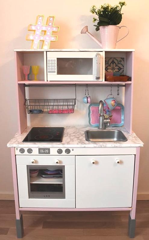 Gulligt kök i rosa och vitt