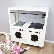 En tvättstuga med tvättmaskin och torktumlare