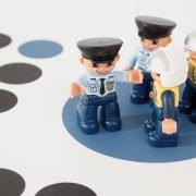 Ett gäng poliser som blå spelpjäser