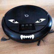 Robotdammsugare med ögon och huggtänder