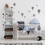Luftballonger på väggen i barnrum