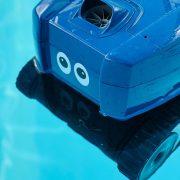 Poolroboten Robban testar ögon
