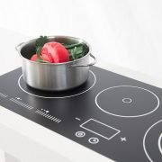 En liten kock lagar grönsaker