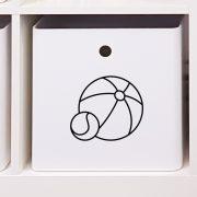 Leksakslåda märkt med symbol för bollar