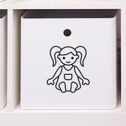 Leksakslåda märkt med symbol för dockor