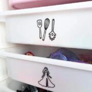 Trofast-lådor med märkning för vilka leksaker som ska finnas var