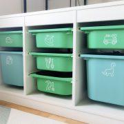 Färgglada lådor med leksakssymboler på plats