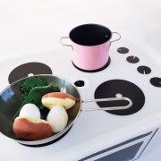 Matlagning pågår på leksakslådan
