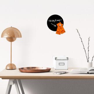 Rund magnettavla framför skrivbordet
