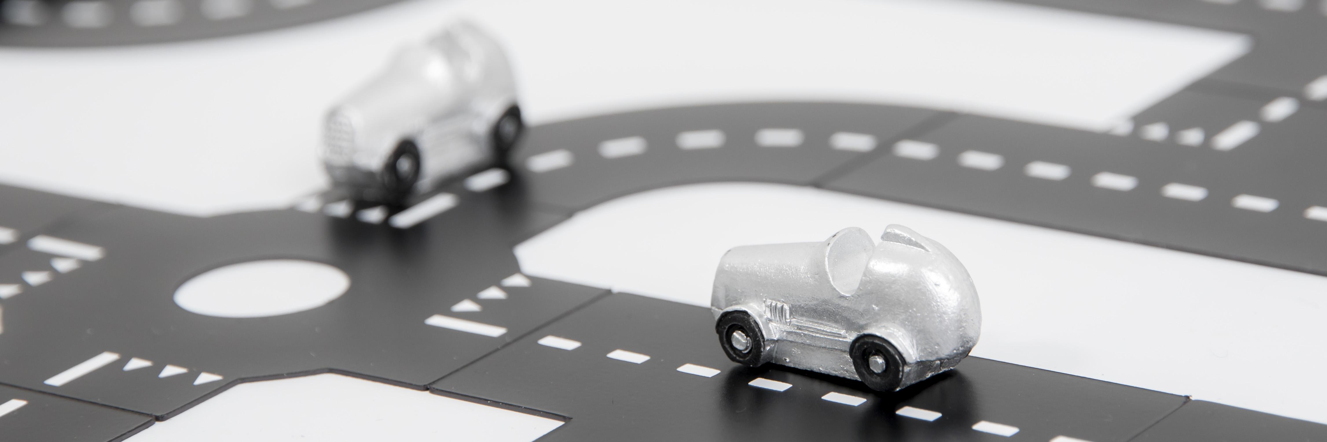 Magnetvägar trafikerade med små silverfärgade magnetbilar.