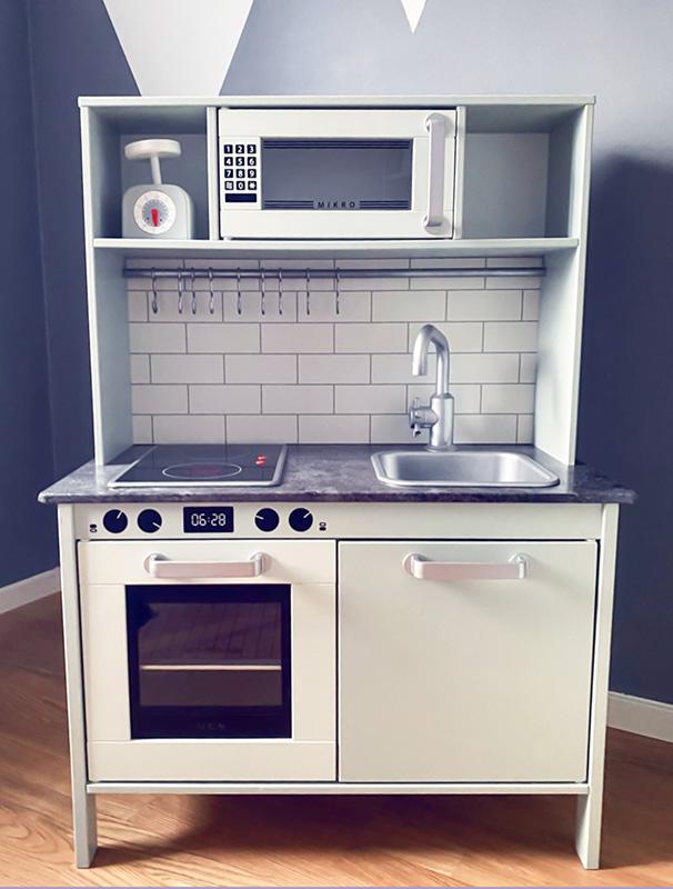 Duktigkök med detaljer i silver och svart