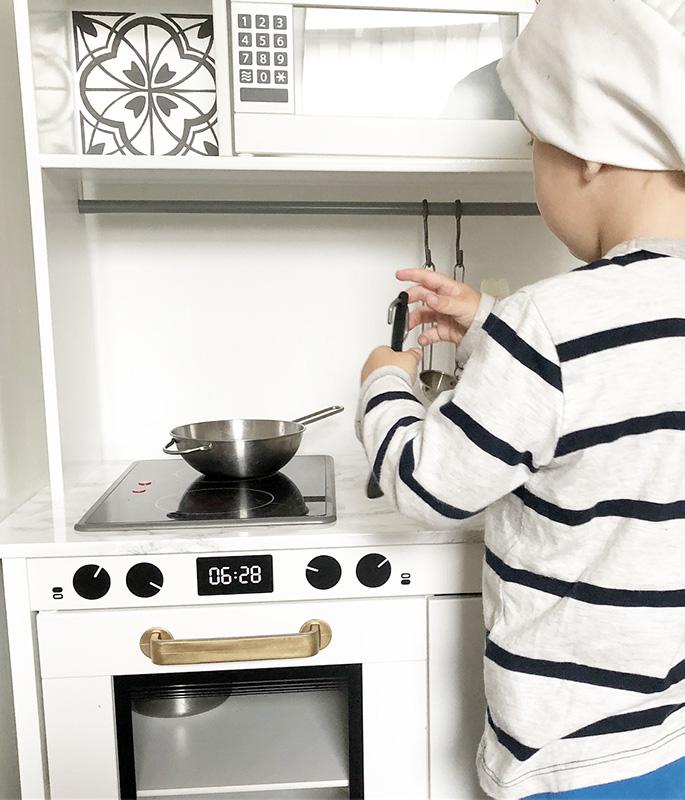 Liten kock stökar i köket
