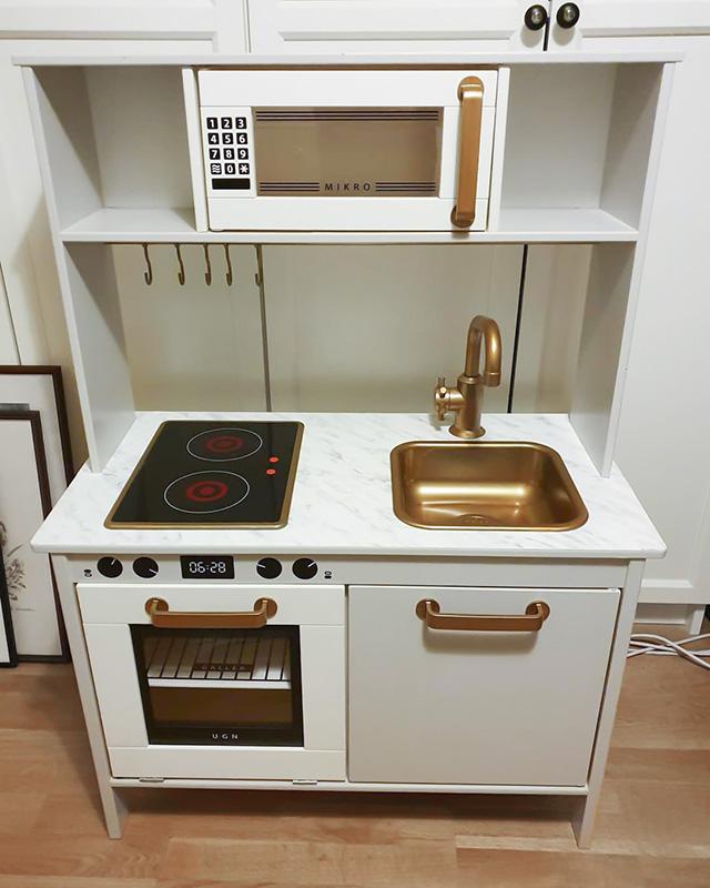Fint fixat kök med detaljer i svart och guld