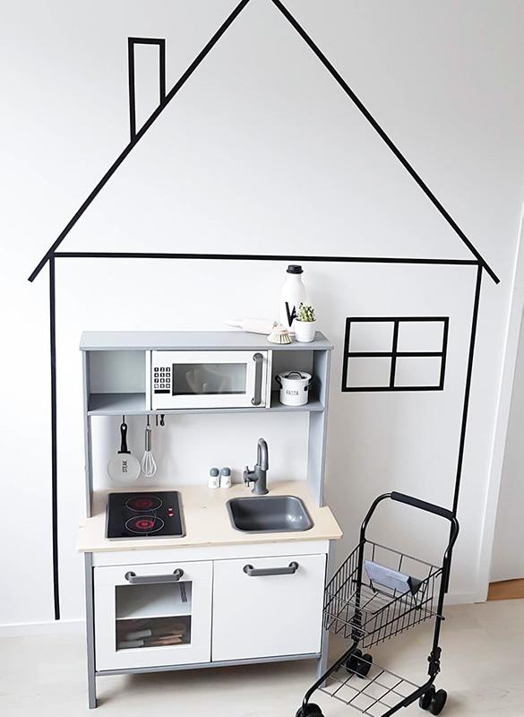 Fint inramat kök i ett litet hus