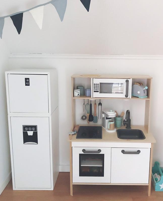 Lyxig kökshörna med kylskåp som matchar Duktig